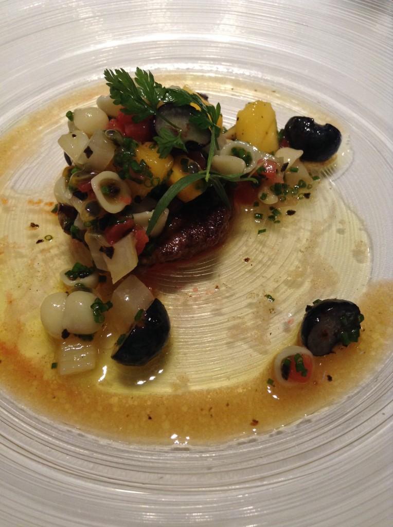 鴨フォワグラのソテー赤ピーマンのクーリ、トリュフ、マンゴー、ブルーベリー、パッションフルーツ